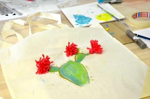 Tote Bag pintado a mano con pompon