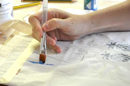 Transferencia de piñas y lettering sobre soporte textil