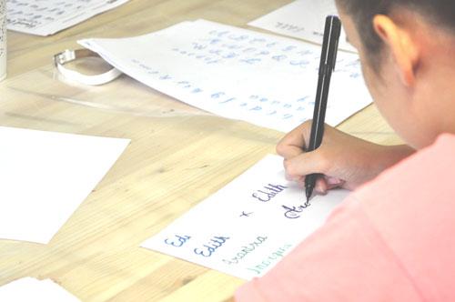 Prácticas de caligrafía con rotuadores especiales