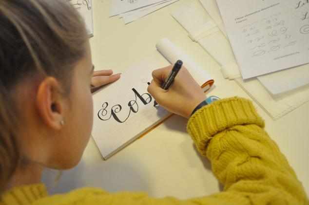 niña practicando lettering